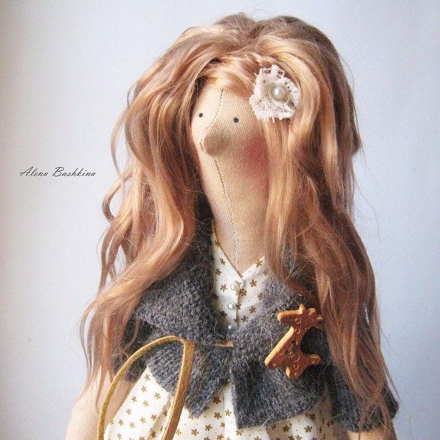 Портрет... Люблю ее небрежно растрепанные волосы, я вообще очень ❤️ теплые, уютные образы, коричневые тона, натуральные ткани... Шерсть в сочетании с тонким хлопком...