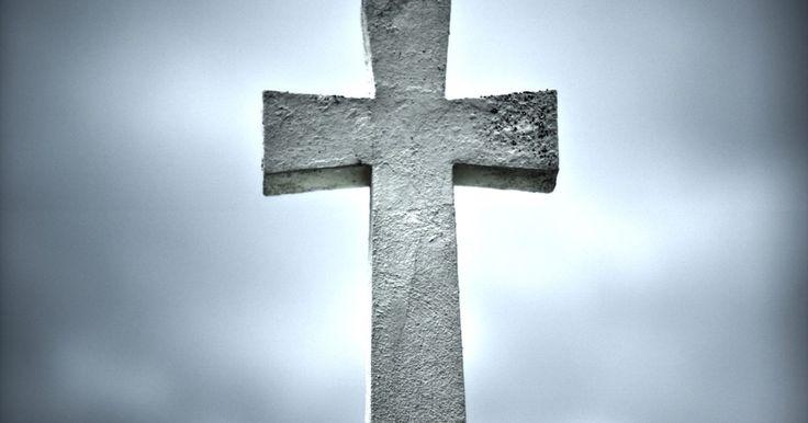 Tipos de cruces cristianas. Las cruces pueden verse en iglesias, en los hogares como elementos de decoración y como piezas de joyería. La cruz es uno de los símbolos más comunes relacionados con la fe cristiana. Este símbolo sirve como recordatorio de la creencia cristiana en la muerte de Cristo en la cruz y en su resurrección de entre los muertos. Puedes encontrar varios ...