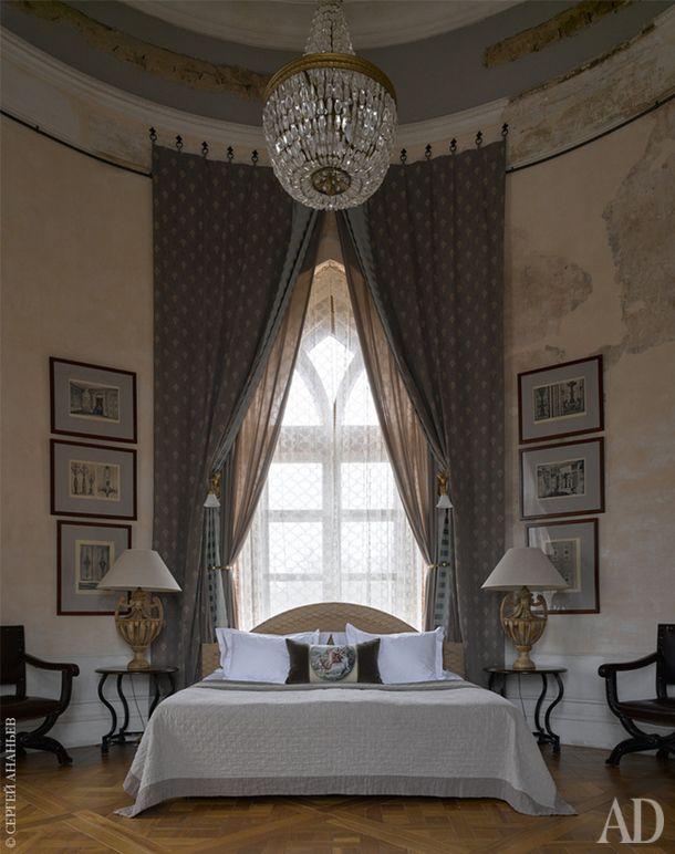 """Спальня """"Императорского"""" номера, расположенная вкруглой башне. На стенах выделяются фрагменты штукатурки и карнизов, которые сохранились современ Павла I."""