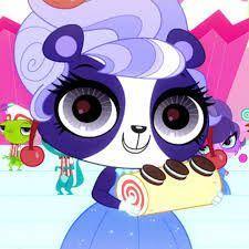 Это панда Пенилинг. Она очень красивая в этом чудесном платье! И причёска прям популярная!