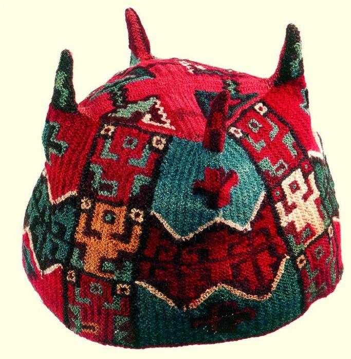Tocado. Gorro con coleta. Cultura Nasca. Materiales: Textil  Periodo: Intermedio Temprano 100- 700 d.C.