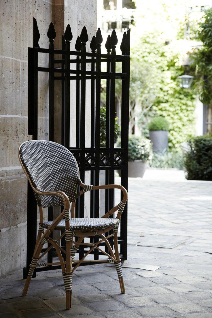"""Den populära Rossini stolen görs nu som en Caféstol för utomhusbruk.Isabell stol utan armstöd är tillverkad av naturmaterial rotting och med underhållsfri konstrotting i två färgkombinationer. Den finns även med armstöd och inspirationen till designen kommer från stolen """"Rossini"""". Mått: Totalbredd, Totaldjup, Totalhöjd, Sitthöjd Stol: Tb 48 cm, Td 59 cm, Th 92 cm, Sh …"""