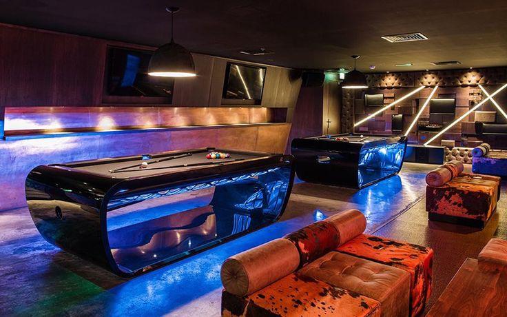 Le BlackLight s'invite dans un hôtel de Dubaï ! Une salle de billard avec une ambiance lounge et chic ! Le tapis vert pour les billards, c'est has-been non? ^^#billards #billard #dubaï #hôtel #déco #lounge #chic #black #BlackLight #toulet #décoration #deco