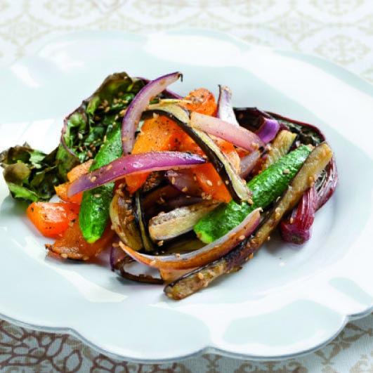 La ricetta per le verdure con sesamo e miso. Le verdure arrostite al forno avranno un sapore diverso e buonissimo! Basta con le solite verdure insipide!