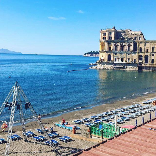 Siete in cerca di una (vera!) chicca estiva a Napoli?  Ecco la vista dal Bagno Elena lo stabilimento che dal 1840 si affaccia sulla baia di Posillipo. Da non perdere: la passeggiata sulla spiaggia vulcanica fino al seicentesco Palazzo DonnAnna! #MCOnTheRoad #Posillipo #WeLoveItaly #Napoli #palazzodonnanna #SummerIsComing #BagnoElena #BagnoElenaPosillipo #Silvianheach  via MARIE CLAIRE ITALIA MAGAZINE OFFICIAL INSTAGRAM - Celebrity  Fashion  Haute Couture  Advertising  Culture  Beauty…