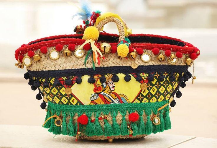 A coffa sicíliana é a cesta tradicional da Sicília.  É feita inteiramente à mão por artesãos locais a partir das folhas de palmeiras anãs, cada peça é única.  No passado era usada como um recipiente que servia para colocar a aveia  para os cavalos ou como um saco de transporte de mercadorias, que estava pendurado em burros ou utilizados como um elemento decorativos nas carroças sicilianas durante os feriados.  Hoje ela é usada como uma bolsa para ir à praia ou fazer compras. As pequenas…