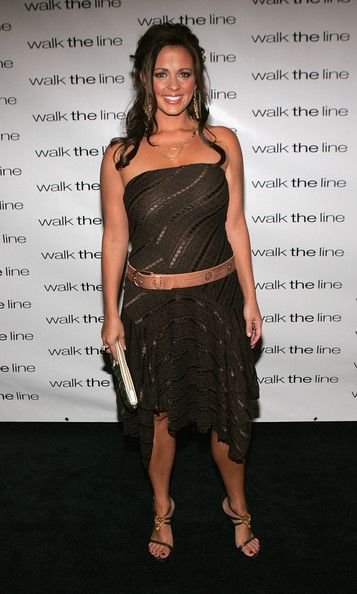 """Sara Evans Photos Photos - Singer Sara Evans attends the premiere of 'Walk The Line' at the Beacon Theater November 13, 2005 in New York City. - 20th Century Fox Premiere Of """"Walk The Line"""""""