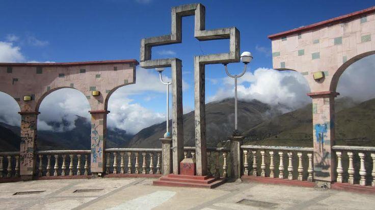 Se llega a una apacheta considerada la más alta, pues está ubicada a 5, 800 m.s.n.m. siendo el  punto más alto al que  se llega para descender a Ollachea, desde donde  se ven los nevados que son parte de la región Cusco, como el Quelcaya.