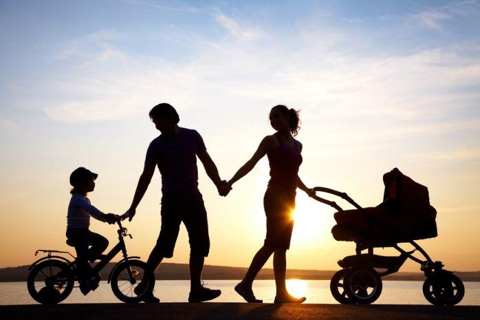«Когда появится ребёнок, всё изменится!» – эта фраза часто пугает молодых родителей, или тех, кто только собирается ими стать. Мы редко склонны воспринимать изменения как нечто позитивное, нам кажется, что придётся перекроить нашу жизнь в угоду маленькому тирану, который захватит всё наше время и силы. Однако если взглянуть на это с другой стороны, ситуация окажется не такой пафосной и драматичной. Ваша жизнь уже менялась – когда вы окончили школу, когда меняли работу, встречали новых…