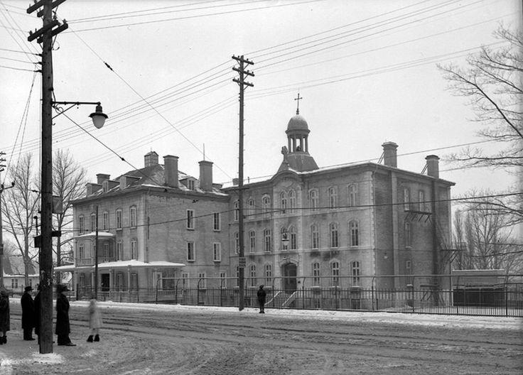 (Localisation) L'École normale Laval nait en 1856 d'une loi de l'Assemblée législative de la province du Canada et d'un règlement du surintendant des écoles pour le Bas-Canada. L'institution, qui r…
