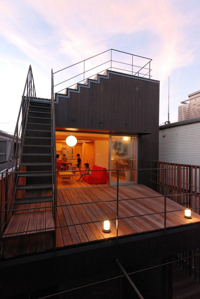 リビングと一体となった2階テラス。鉄骨階段を登って屋上へとアプローチする。 | 逗子KD邸<屋上段々テラスのある家>