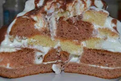 """Вкуснейший десерт «Графские развалины» Для приготовления блюда Вкуснейший десерт «Графские развалины» необходимы следующие ингредиенты: четыре яйца, два стакана сахара-песка, стакан сметаны, чайная ложечка уже гашеной соды, два стакана муки """"Макфа"""", три столовые ложечки какао, половинка стакана молока, 6 желтков, триста гр масла сливочного, 1 стакан измельченных грецких орехов, для глазури – по четыре ложечки (столовая) – сахара и какао, еще две ложечки (столовая) сметаны и пятьдесят гр"""