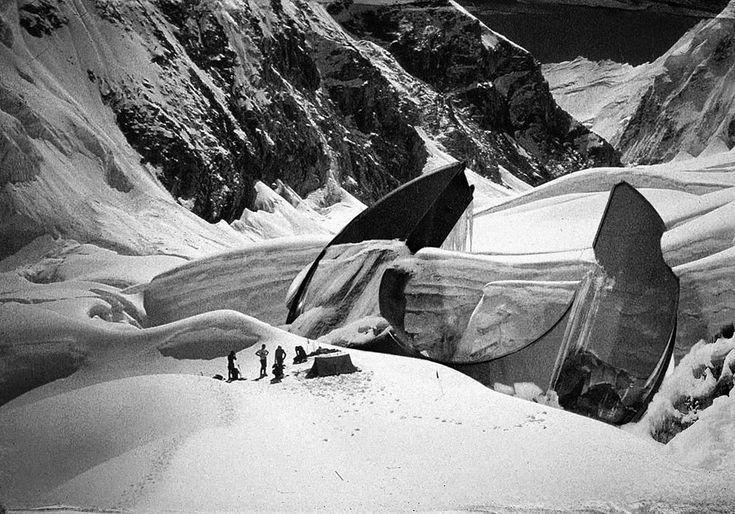 Militares rusos, durante  los años 40's, en una expedición de investigación de un OVNI accidentado en las montañas de Altai, Asia Central