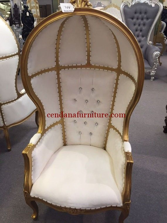 Kursi Single Sofa Payung terbuat dari kayu mahoni yang kami sempurnakan dengan finishing duco emas dengan busa dan kain jok putih yang indah.