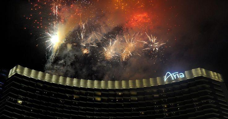 Actividades de Año Nuevo en Las Vegas. Las Vegas continúa siendo un destino popular para celebrar la víspera de Año Nuevo entre personas de todo el mundo. Decenas de miles celebran el Año Nuevo en Strip, que es una calle de 4 millas (6,4 km) de hoteles y casinos. Con eventos al aire libre, casinos, clubes nocturnos y conciertos, Las Vegas tiene una variedad de opciones para celebrar en ...