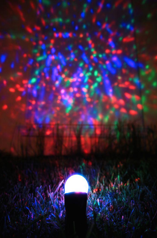 La magia de la Navidad es única, decora tu hogar con luces con efecto caleidoscopio.