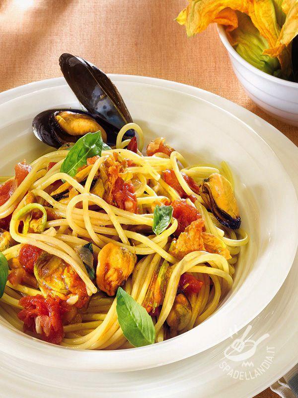 Gli Spaghetti con cozze e fiori di zucca sono un primo di pasta gustosissimo, con una nota aromatica che li rende irresistibili!