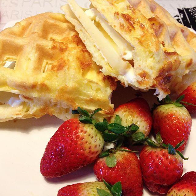 """Good morning!! With """"pão de queijo"""" waffle!  Bom dia!!! Com waffle de pão de queijo! Que virou sanduíche, que de tão lindo e apetitoso marido pegou metade!  #paleo #paleofood #paleolifestyle #paleolicious #paleowaffle #wafflepaleo #ladopaleodaforça"""