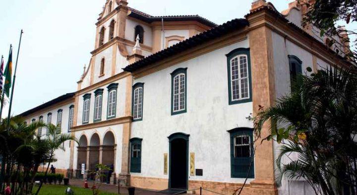 Museu de Arte Sacra de São Paulo - Fachada do Museu de Arte Sacra de São Paulo, localizado na ala esquerda térrea do Mosteiro da Luz, em São Paulo