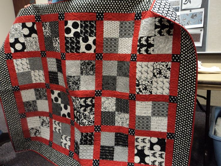 Quilts black red and white | Here is a king size quilt top that she is going to quilt . She made up ...