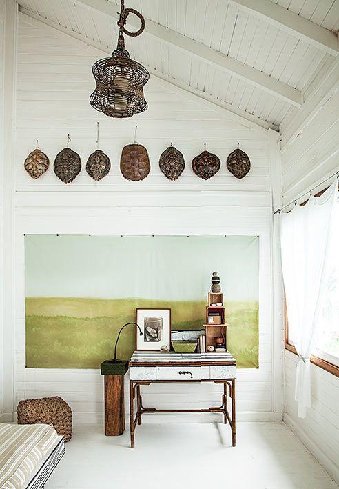 La lámpara de Ikea acompaña al escritorio, el cual tiene tablas blancas sintéticas, del diseñador James Wood. Los caparazones de tortuga se roban las miradas.