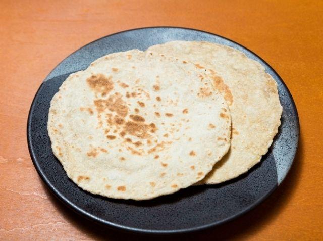 チャパティ - ハリ オムシェフのレシピ。北インドの家庭で普段食べられているパン「チャパティ」のご紹介です。 全粒粉「アタ」と塩と水で作る、発酵させないシンプルなパンです。 上手になると、焼いている最中にパンが球状に膨らみます! ※気温によってなじみが違うので、暖かい時期は約10分、寒い時期は約30分は休ませましょう。