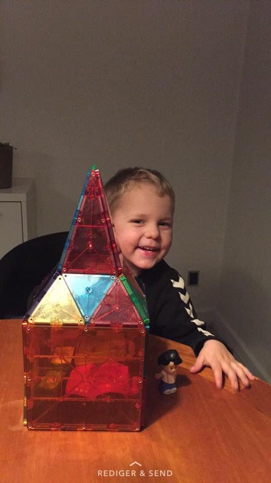 Kit's drenge elsker Magna-Tiles! De laver alt fra garage med små biler i, bondegårde, huse og slotte. Selv senge kan de lave med dem. Kun fantasien sætter grænser...   #MagnaTiles #Magneter #Magnetleg #Magnetlegetøj #Legetøj #Legebyen #LegebyenDK #BrugernesBilleder #KonkurrenceBilleder