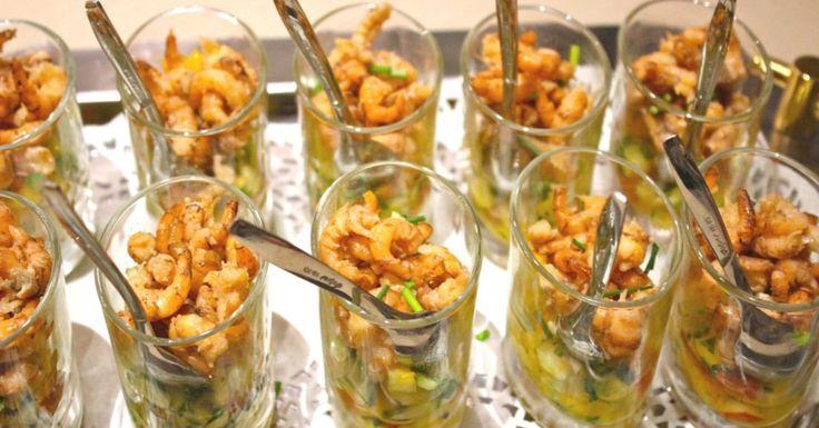 Doe het groentemengsel in aperitiefglaasjes en werk af met de vers gepelde garnalen. Werk af met verse groene kruiden en werk af met een scheutje notenolie en een scheutje olijfolie van goede kwaliteit