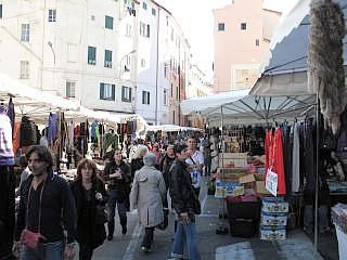 Markt Sanremo, Naast de overdekte markt is er op dinsdagochtend en zaterdagochtend een warenmarkt op het plein Piazza Eroi Sanremesi. Hier kunt u vooral kleding, riemen zonnebrillen en dergelijke kopen. De markt wordt van 8.00 uur in de ochtend tot 13.00 uur gehouden.