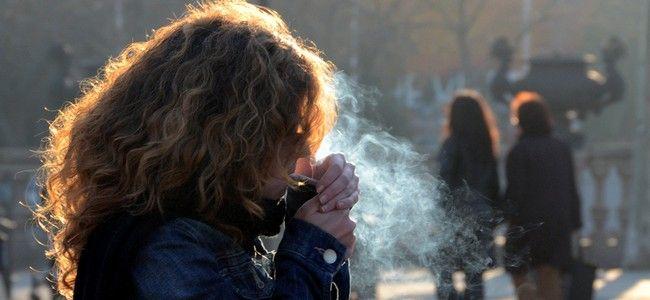 """podobnie szybko uzależnia heroina. zabija tylko nieco szybciej, niż papierosy. czy komukolwiek wpadłoby do łba, żeby sprzedawać w kioskach heroinę, jednocześnie wieszając plakaty """"nie ćpaj bo to szkodzi""""? no schiza, nie? ale ta schiza dzieje się na naszych oczach, a co dziwniejsze – nikt tego nie zauważa…"""
