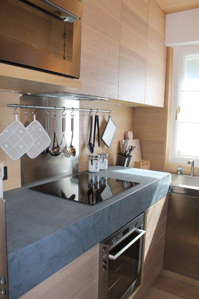Appartamento a Foppolo - progetto di interior design - cucina con piano a induzione -La cucina era predisposta in una stanza piuttosto piccola che ha dato l'idea di aprirsi verso la sala da pranzo e il soggiorno tramite una vetrata. In questo modo la percezione dello spazio è totalmente cambiata rendendo la piccola cucina molto ariosa.
