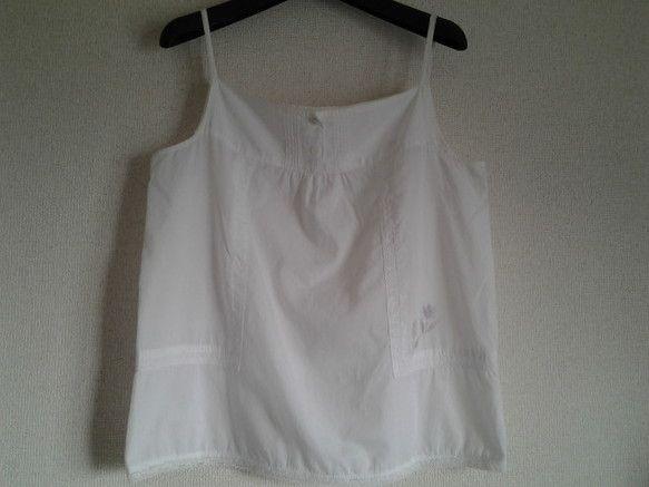 白のタンクトップ風ブラウスにチューリップのイラストを描きました。個性ある一枚をお探しならお奨めです。長袖のTシャツに重ね着すると、ふわふわ春らしいのではないで...|ハンドメイド、手作り、手仕事品の通販・販売・購入ならCreema。