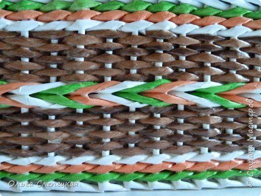 Ситцевое плетение в одну трубочку с косой из трёх разноцветных трубочек на стоячках, кратных трем