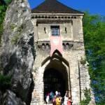 Ojców to przepiękne miejsce na rodzinną turystykę, Dolina Prądnika objęta jest ochroną w postaci Ojcowskiego Parku Narodowego. Są tu ruiny zamku, wspaniałe ostańce i jaskinie. Warto tu przyjechać.