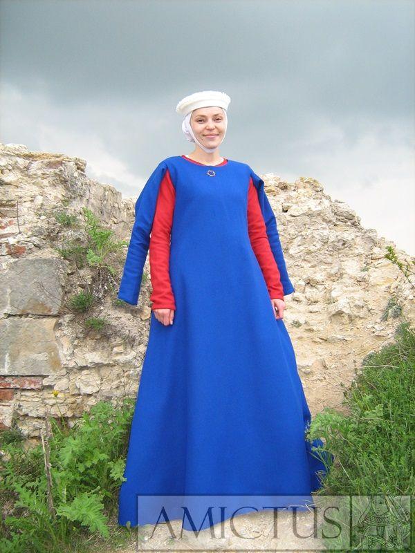 Ubiór damski wykonany w o oparciu o przedstawienia ikonograficzne z 2 połowy XIII w.