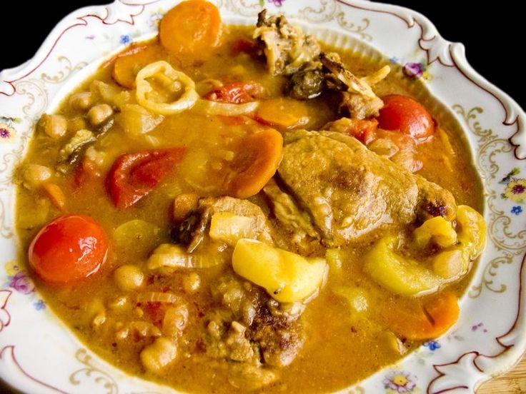 Как известно, шурпа бывает двух видов — каурма-шурпа и кайнатма. Отличаются они в основном тем, что в первой мясо поджаривается и потом уже варится, а во второй мясо варится без поджаривания.