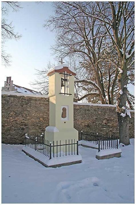 Výklenová kaplička se zvoničkou v Klášterní Skalici