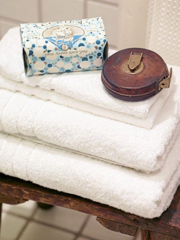 Myke håndklær og en god såpe øker velværefaktoren betraktelig. Den gamle krakken er kjøpt på antikkmarked. Håndklær fra Hemtex, såpe fra Palma.