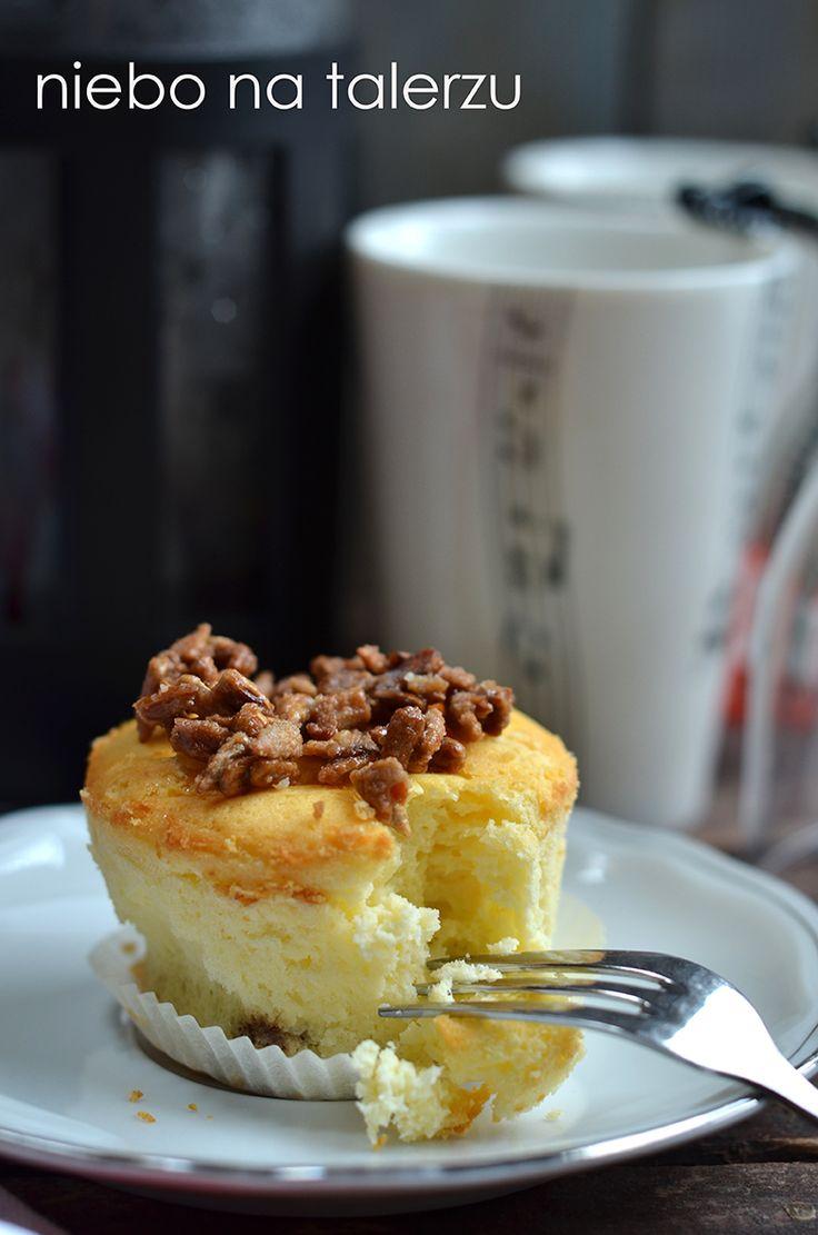 Sernik w formie babeczek nie wymaga dzielenia ciasta, każdy z gości czy domowników może wygodnie sięgnąć po utworzoną już porcję. Papierowe ...