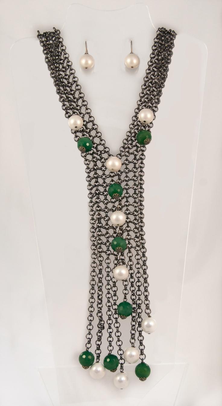 Collar largo con cadenas tipo 'malla' con perlas y ágatas   Long necklace with strings like 'mesh' with pearls and green agatedes