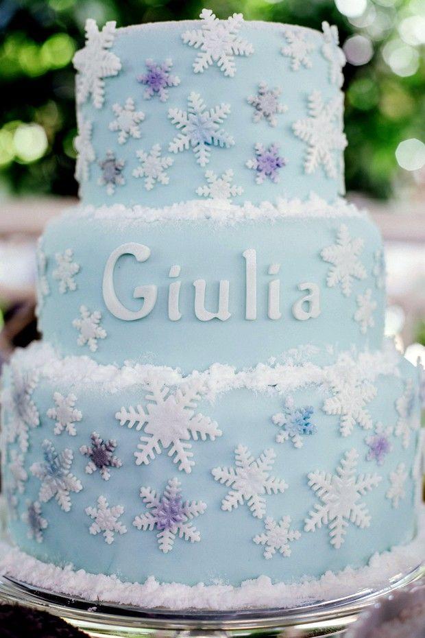 """Bolo de """"Frozen"""" para festa infantil: veja passo a passo e aprenda a fazer o bolo com pasta americana e """"flocos de neve""""."""