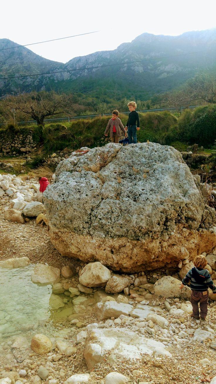 Tirado piedras al río y buscando tesoros naturales.
