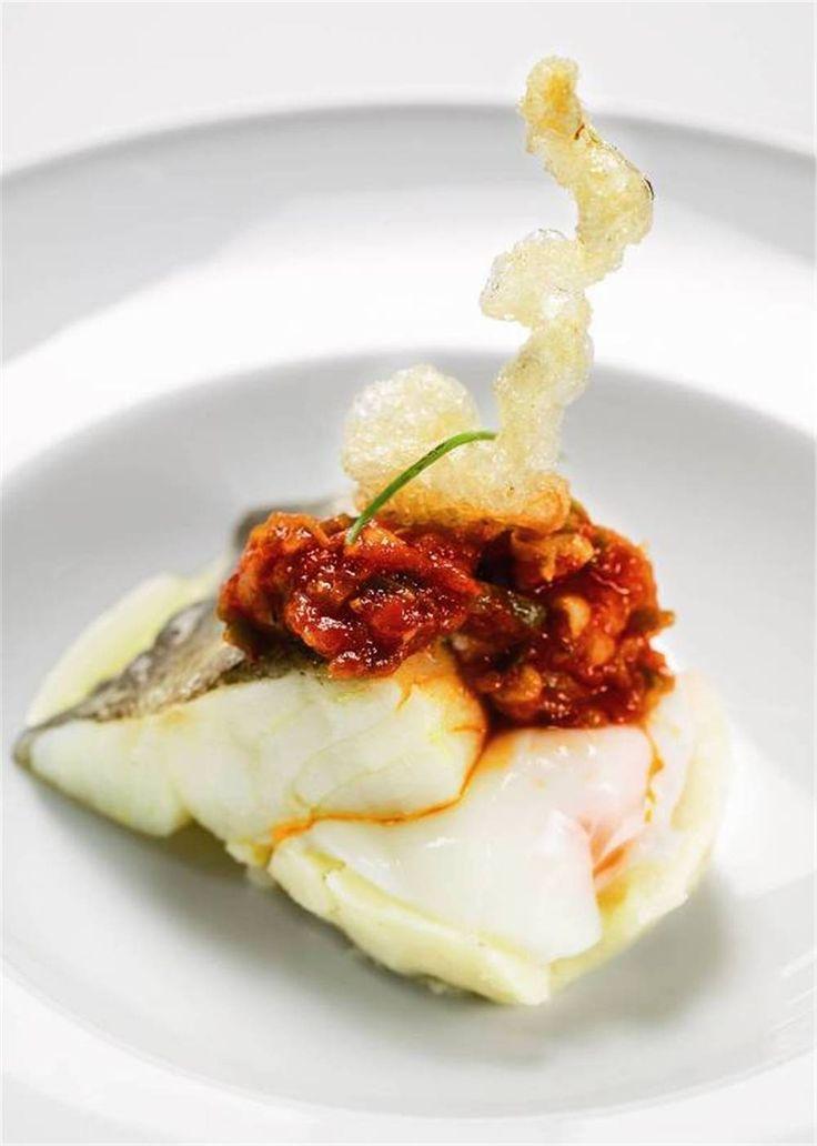 Bacalao con pimiento y tomate sobre patata y huevo. Clásico renovado.