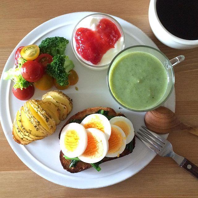 Instagram media keiyamazaki - Today's breakfast. 今朝のスープは小松菜。葉の部分は子どもの離乳食で、残りがこれ。パンにはほうれん草と卵。 だんなさんは祝日も仕事なので、海の日だけど我が家は通常通り。でも最近思うけど、彼がいない方が色々スムーズに進む(笑)。休みの日は遅くに起きてくるから、彼に合わせて外出も遅くなり、子どものお風呂も寝かしつけも遅くなり、自分が寝る時間も平日より1時間以上遅くなっちゃう。