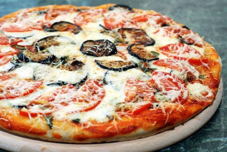 Пицца с баклажаном, перцем, томатами и сыром