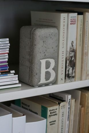 concrete bookend The tutorial is here: http://thebeatthatmyheartskipped.co.uk/index.php/2010/06/29/diy-concrete-bookend-from-chez-larsson/