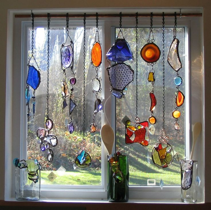 ~ stained glass ornaments draped in a window -Ideas, Kitchens Windows, Glasses Ornaments, Suncatchers, Windows Treatments, Colors Glasses, Sun Catchers, Crafts, Stained Glasses