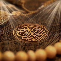 Alles Lob gebührt Allāh, Dessen ist, was in den Himmeln und was auf Erden ist, und Sein ist alles Lob im Jenseits; und Er ist der Allweise, der Allkundige. (34:1) Er weiß, was in die Erde eingeht und was aus ihr hervorkommt, und was vom Himmel herniedersteigt und was zu ihm aufsteigt; und Er ist der Barmherzige, der Allverzeihende. (Qur'ān 34:2)