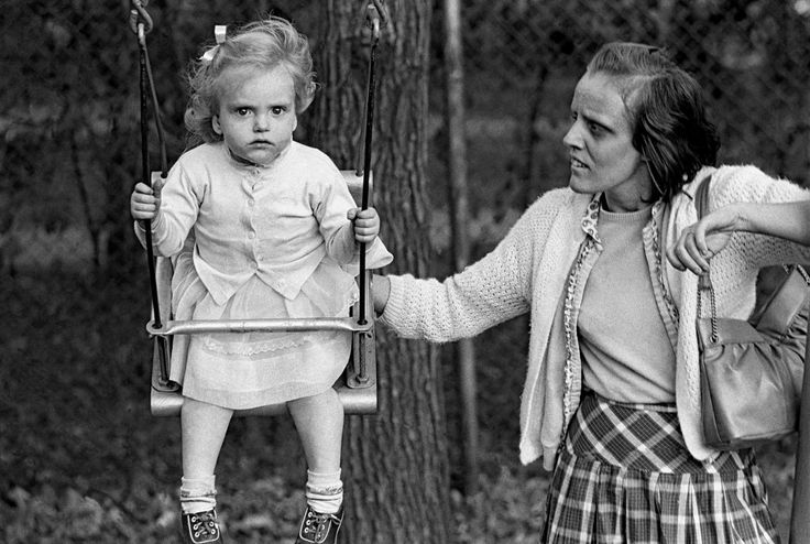 Frank Horvat – 1961, New York, USA, Central Park, mother and daughter