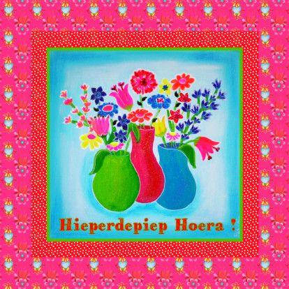 Verjaardagskaart Hieperdepiep Hoera met vaasjes geschilderde bloemen in een rood met witte stippen lijst op retro achtergrond. Bekijk de binnenkant,